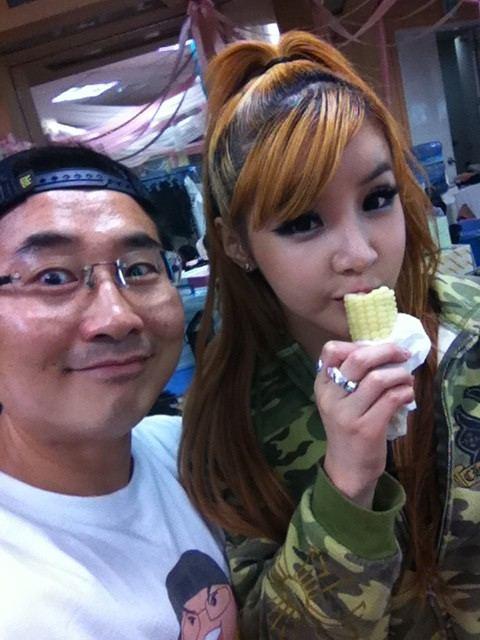 Bom 与 Minzy 的后台照
