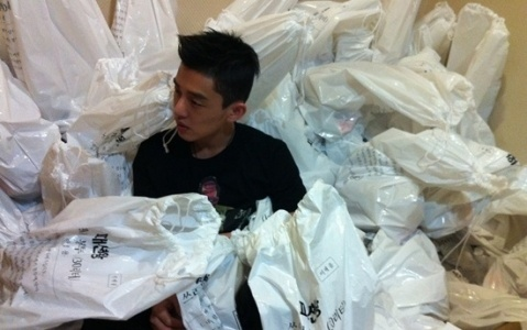深陷袋子堆的刘亚仁
