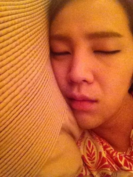 张根硕在沙发睡了八小时