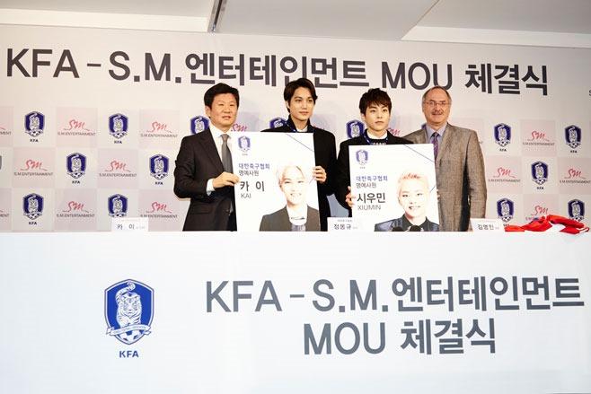 KAI、XIUMIN 參加與足球協會簽約儀式